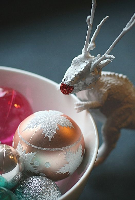 Simple dinosaur Christmas decoration ideas: A rending with a bowl of ornaments
